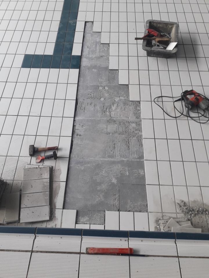 Changement du carrelage de la piscine pendant le confinement